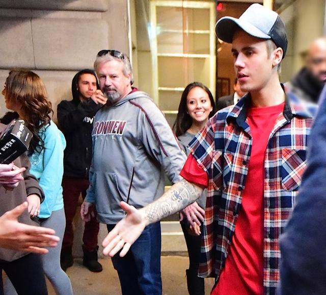 画像: NYのホテルを出る時に、待っていたファンに自分から握手を求めて