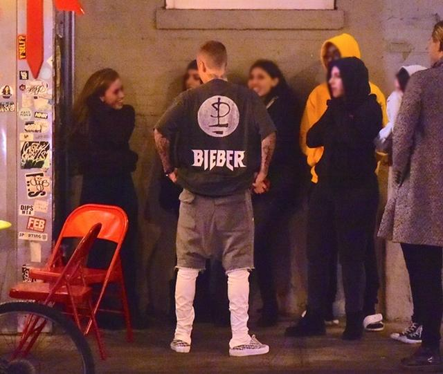 画像: レストランで食事後に10分ほどファンと立ち話