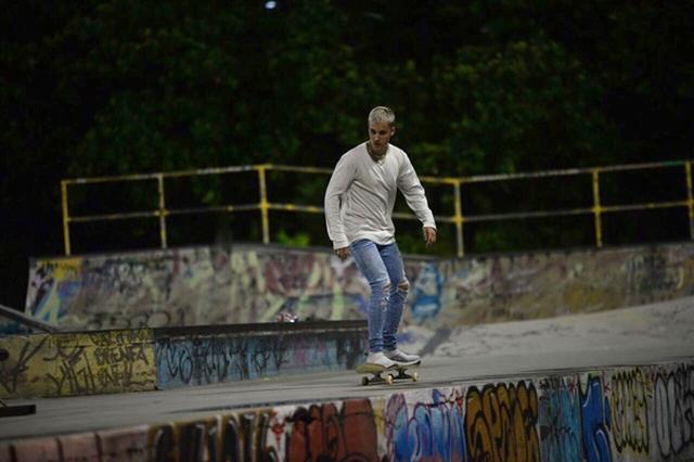画像1: ジャスティン・ビーバーが夜の貸し切りパークでひとり真剣にスケート