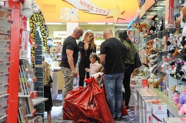 画像2: 大量の買い物袋で超セレブ買い