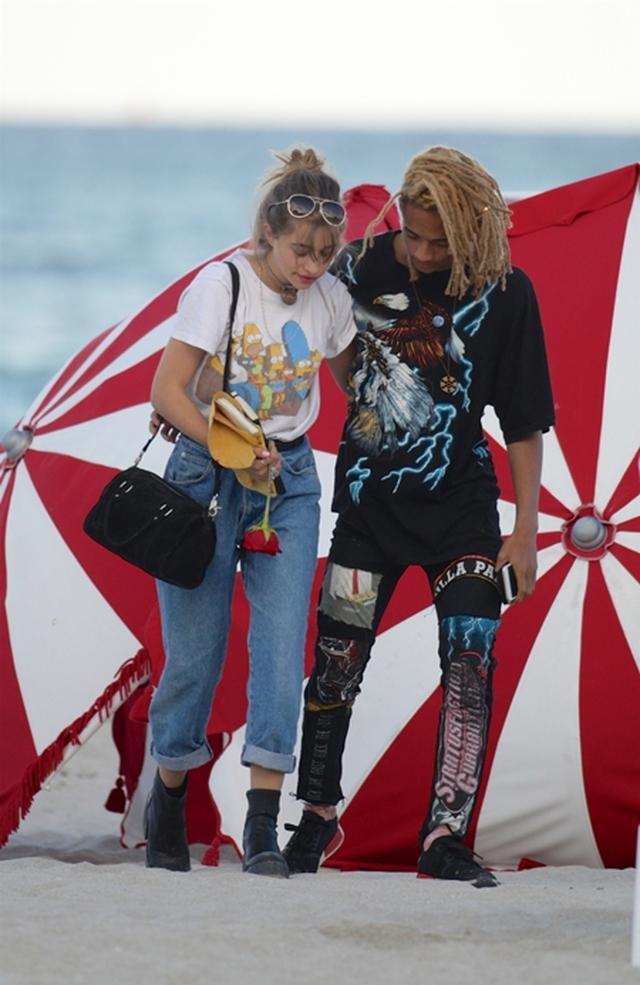 画像: ジェイデン・スミス、浜辺であの女優の娘とイチャつく