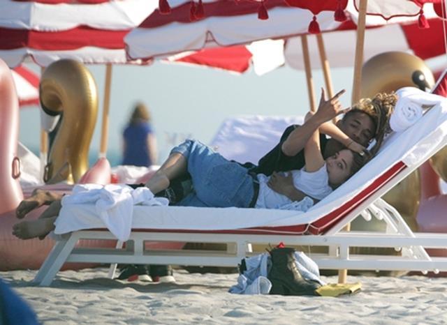 画像5: ビーチでキスやハグの嵐