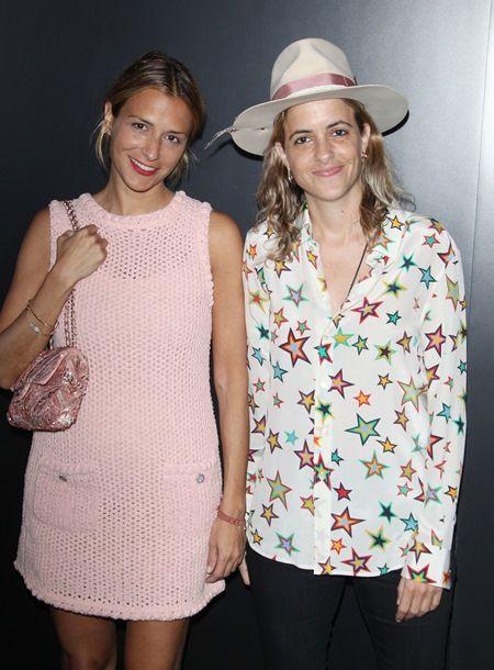 画像: 2016年9月、デザイナーである双子の姉シャーロット・ロンソン(左)と共にChanelのショーに出席。