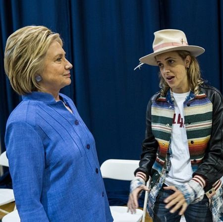画像: クリントン氏と会話するサマンサ。集会でDJを務めることも少なくない。