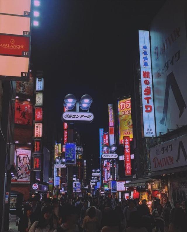 画像: ケニヤ・キンスキー・ジョーンズ、夜の渋谷に繰り出した。