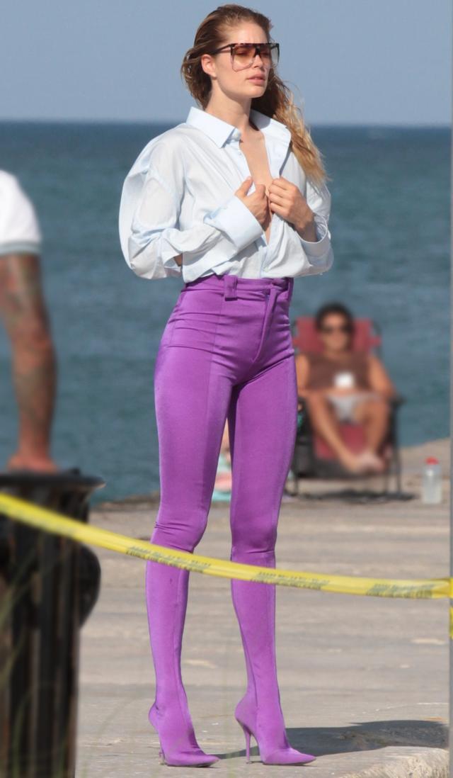 画像3: ビーチにスパンデックスパンツを穿いて登場