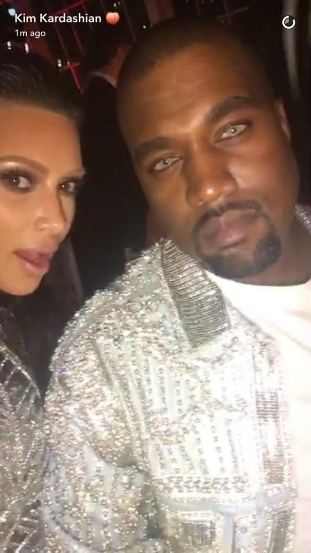 画像: キム・カーダシアンが夫のカニエ・ウェストとのセルフィをスナップチャットに投稿。 Kim Kardashian