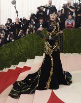 画像: ドレス:プラダ