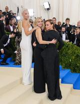 画像: ケイト・ハドソン(左)とステラ・マッカートニー(右)が女優のナオミ・ワッツを挟んで。