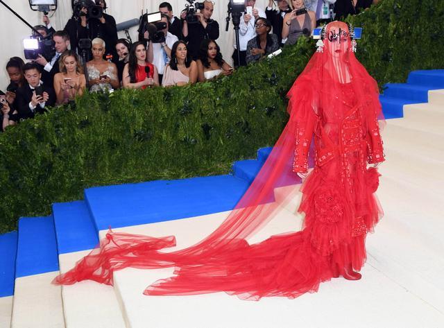 画像1: メット・ガラ共同主催者、ケイティ・ペリーのドレスにまた暗号?ファンが大騒ぎ