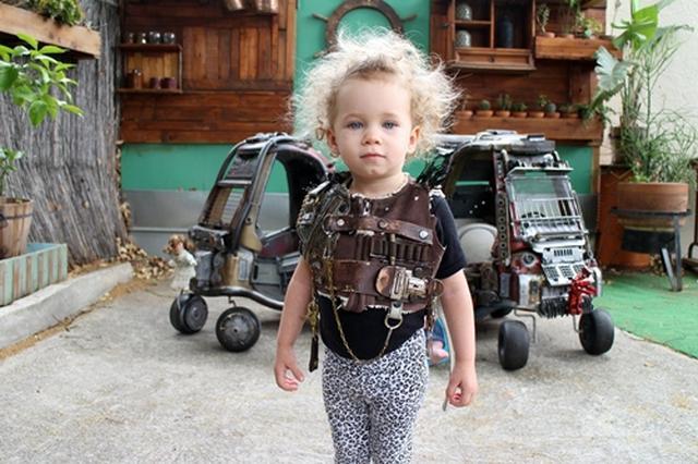 画像: 娘のジュニアちゃんは、映画でシャーリーズ・セロンが演じるフュリオサに扮してポーズ。