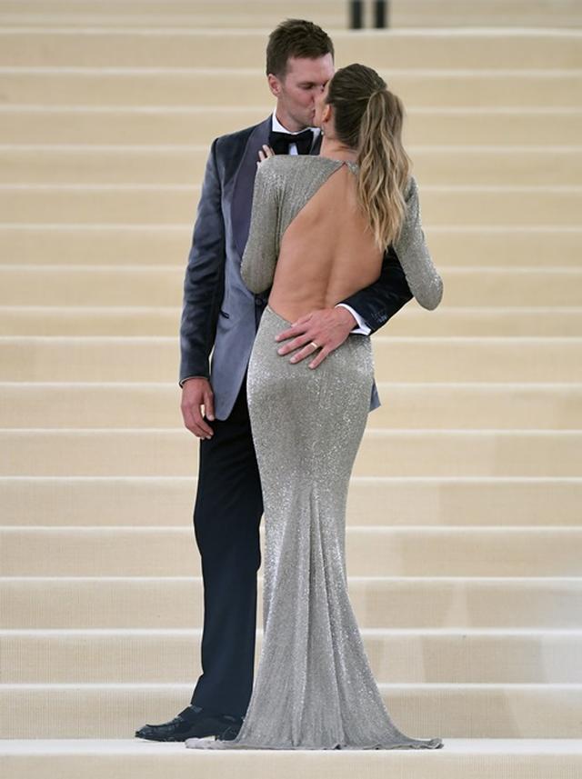 画像: ジゼルのドレスはステラ・マッカートニー、トムのスーツはトム・フォード。
