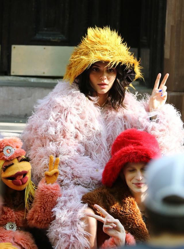 画像2: ケンダル・ジェンナー、大人気キャラ「マペット」の仲間入り!可愛すぎる撮影風景を激写