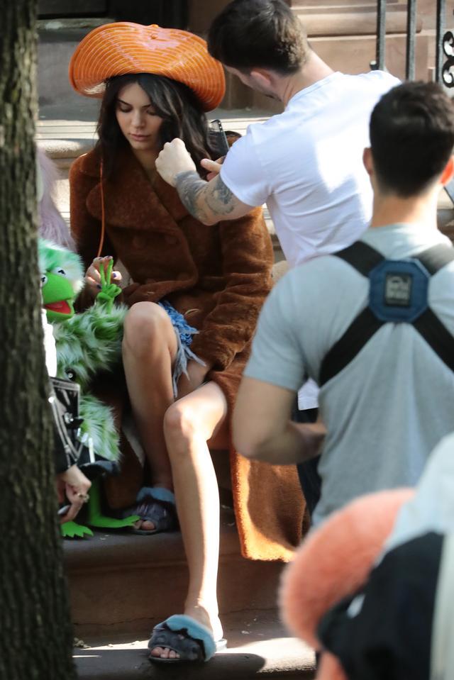 画像3: ケンダル・ジェンナー、大人気キャラ「マペット」の仲間入り!可愛すぎる撮影風景を激写