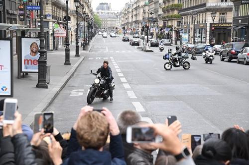 画像1: 撮影を中断してファン対応