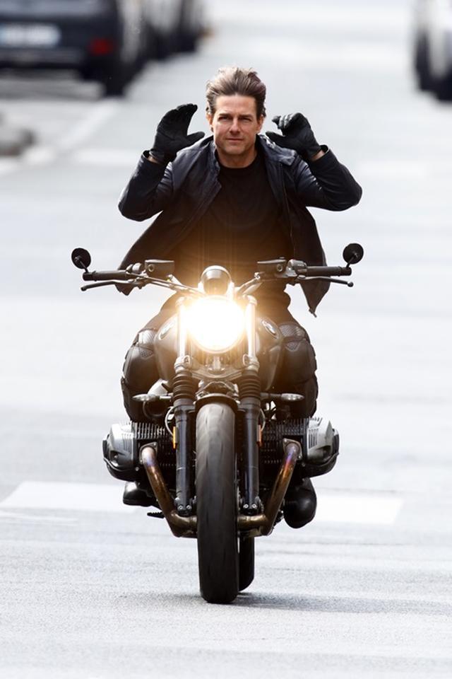 画像3: パリの道を封鎖してバイクで爆走