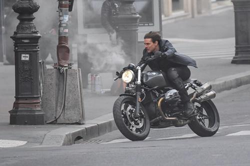 画像2: パリの道を封鎖してバイクで爆走