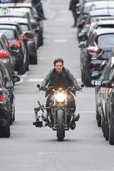 画像1: パリの道を封鎖してバイクで爆走