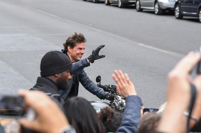 画像3: 撮影を中断してファン対応