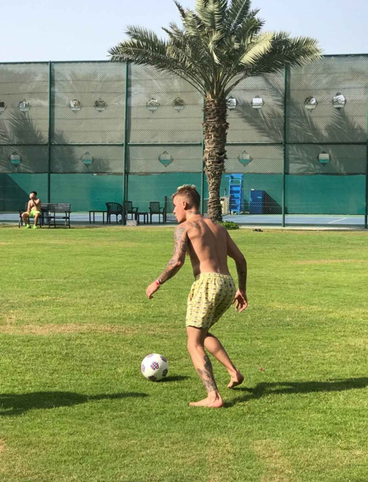 画像1: ツアーの合間のオフにサッカー