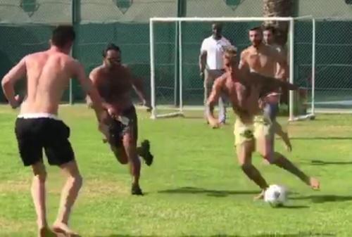 画像2: ツアーの合間のオフにサッカー