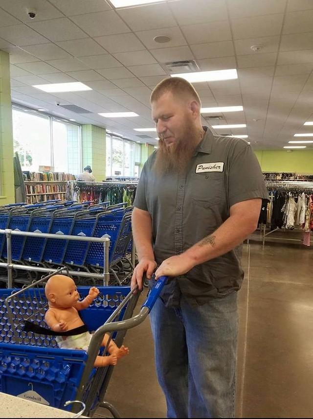 画像: 赤ちゃんの人形を持って来店