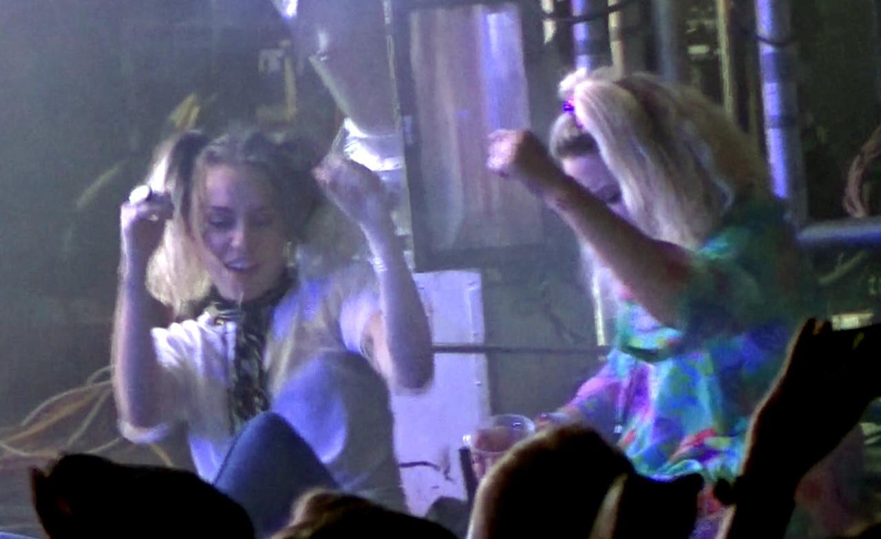 画像2: バンドのライブに出席したマイリー