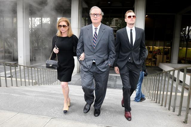 画像: 裁判所を後にする、母キャシー・ヒルトン、父リック・ヒルトン、兄バロン・ヒルトン。
