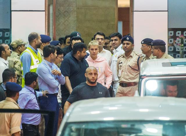 画像1: ジャスティン・ビーバー、インドで警備に囲まれながら空港から移動