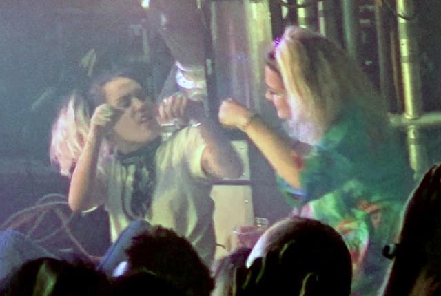 画像3: バンドのライブに出席したマイリー