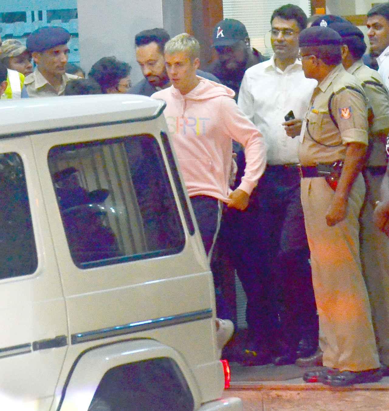 画像2: ジャスティン・ビーバー、インドで警備に囲まれながら空港から移動