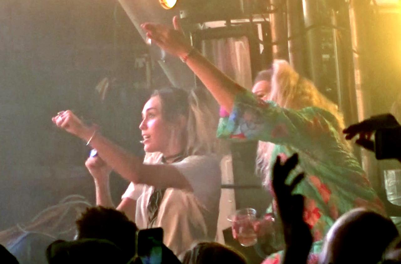 画像1: バンドのライブに出席したマイリー