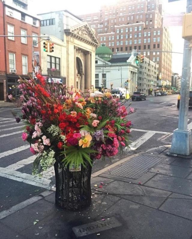 画像2: ゴミ箱が花束に変身?