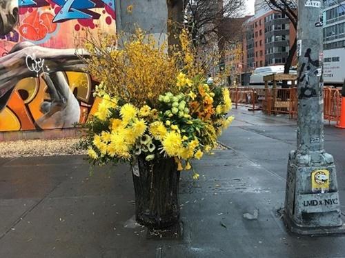 画像1: ゴミ箱が花束に変身?
