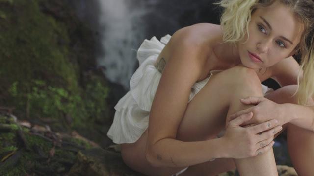 画像: Miley Cyrus - Malibu (Official Video) www.youtube.com