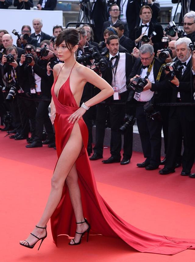 画像2: ベラ・ハディッドの究極の美脚スリットドレス