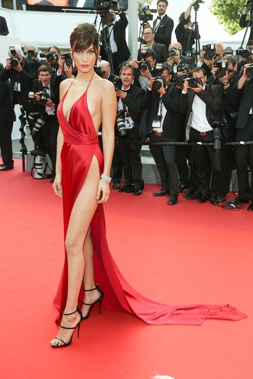 画像1: ベラ・ハディッドの究極の美脚スリットドレス
