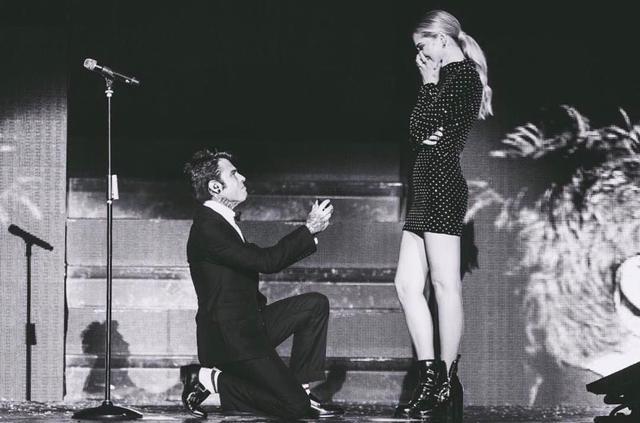 画像: プロポーズはステージで
