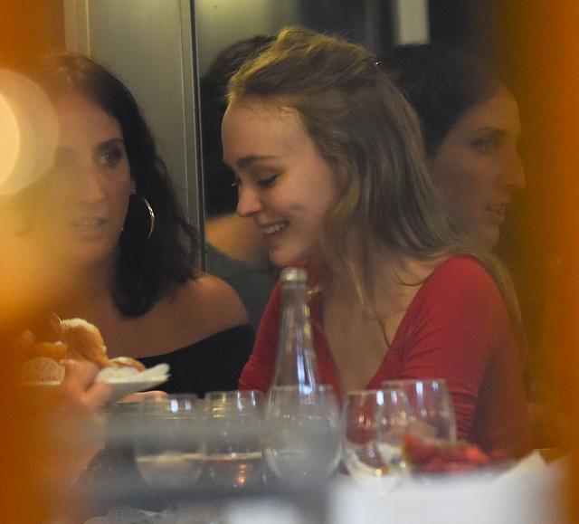 画像1: 歳の差18歳リリーとナタリーが一緒に食事
