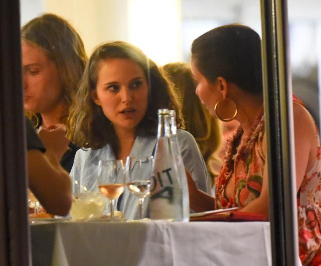 画像2: 歳の差18歳リリーとナタリーが一緒に食事