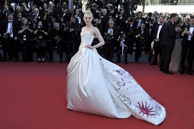 画像1: 【カンヌ映画祭】19歳女優、ヴィヴィアン・ウエストウッドのドレス姿がプリンセスのよう
