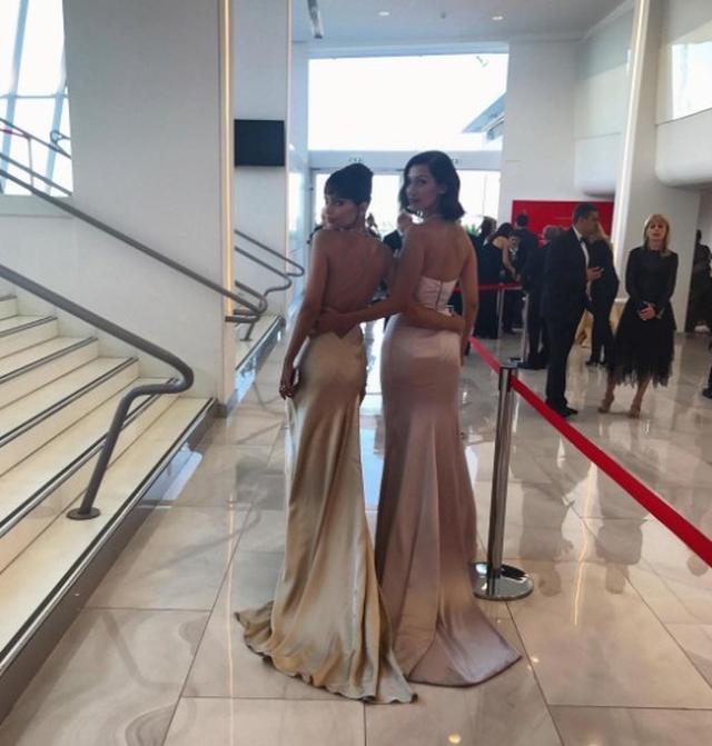 画像1: ドレスがそっくりだと話題に