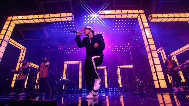 画像: Bruno Mars - Versace on the Floor [Billboard Music Awards 2017] www.youtube.com