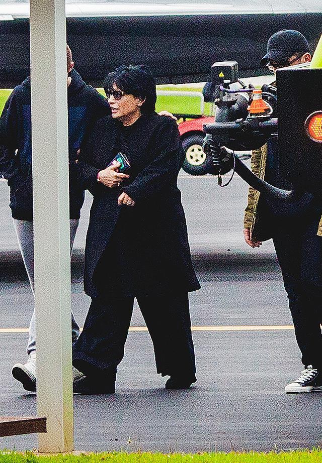 画像: フロリダの空港にアリアナの母ジョアンの姿が。