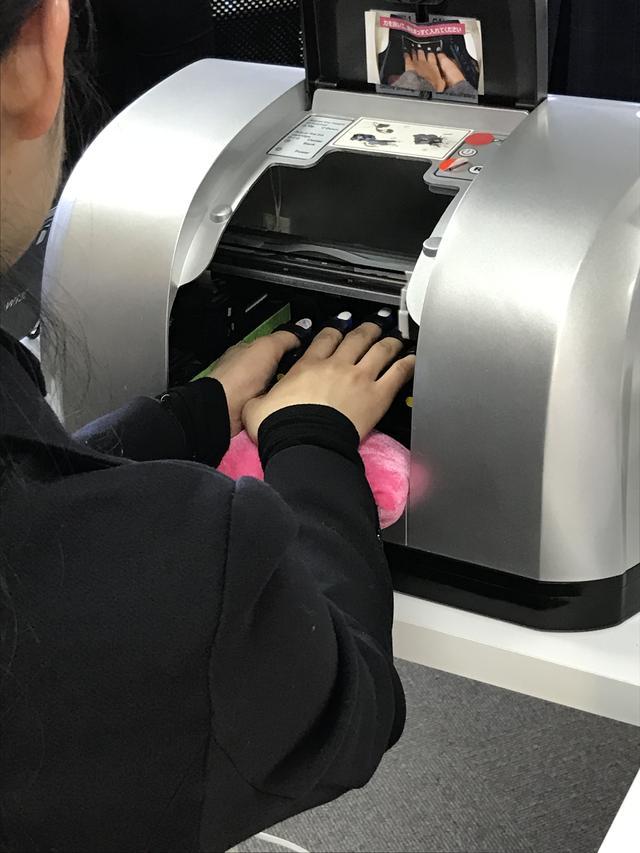 画像1: 日本初!指5本を同時に印刷できるネイルプリンターで、早く、安く、可愛くジェルネイルができる!