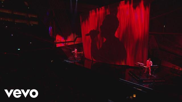 画像: The Chainsmokers & Coldplay - Something Just Like This (Live at the BRITs) www.youtube.com