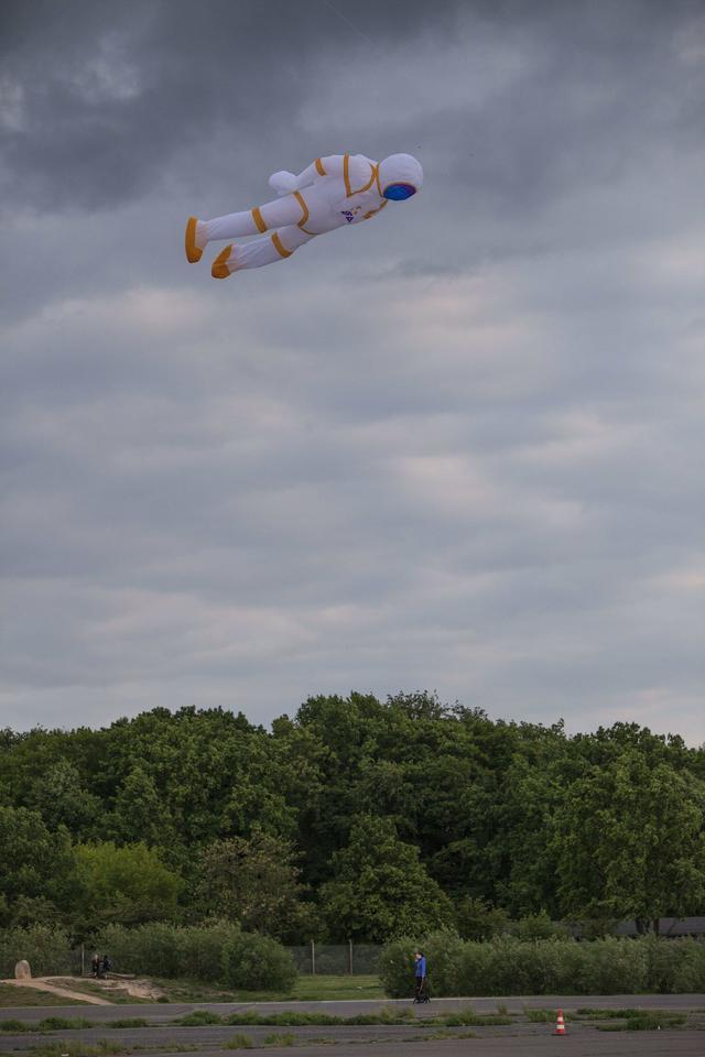 画像5: 空に浮かんでいるものは一体…