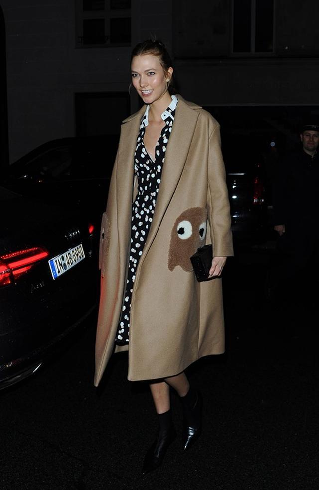 画像: 早速同ブランドのコートを着るモデルのカーリー・クロス。ポケット部分にパックマンが。