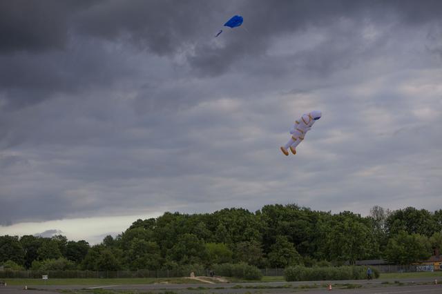 画像4: 空に浮かんでいるものは一体…