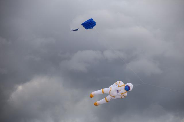 画像2: 空に浮かんでいるものは一体…